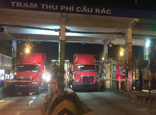 Xe đầu kéo dàn hàng tại trạm thu phí Cầu Rác tối 8/11. Ảnh: Đ.H