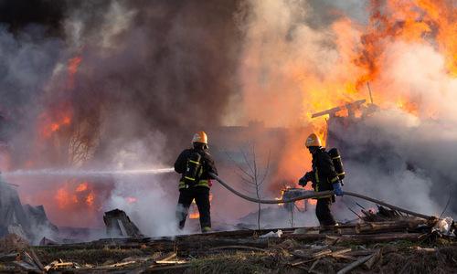 Lực lượng chữa cháy dập lửa sau đám cháy nhà máy ở Hàn Quốc. Ảnh: Yonhap.