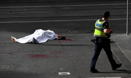 Cảnh sát tuần tra gần thi thể nạn nhân thiệt mạng trong vụ tấn công. Ảnh: Reuters.