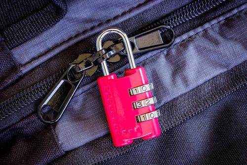 Khóa hành lý có thể làm kẻ trộm nản chí và chuyển mục tiêu.