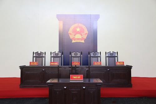 Khu vực dành cho HĐXX được chuẩn bị sẵn tại sân TAND tỉnh Phú Thọ. Ảnh Phạm Dự.
