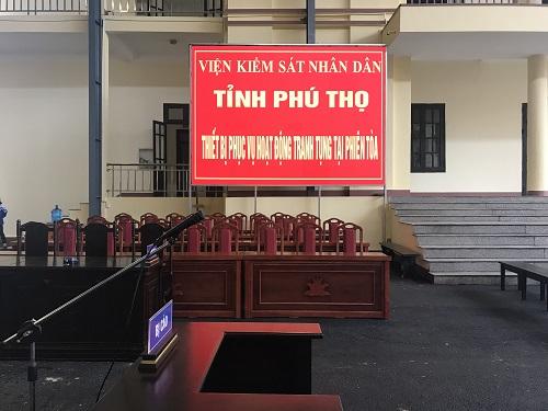 TAND tỉnh Phú Thọ lắp màn hình máy chiếu lớn tại khu vực xét xử. Ảnh: Phạm Dự.