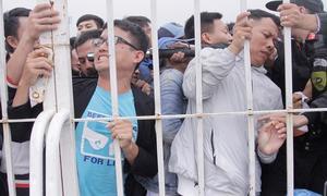 Chen lấn, xô đẩy để mua vé AFF Cup tại sân Mỹ Đình