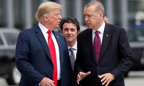 Tổng thống Mỹ Donald Trump (trái) và người đồng cấp Thổ Nhĩ Kỳ Tayyip Erdogan trò chuyện bên lề hội nghị thượng đỉnh của NATO ở Brussels, Bỉ, hồi tháng 7. Ảnh: Reuters.