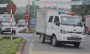 Đoàn xe chở cựu tướng công an và 90 bị cáo đến hầu tòa ở Phú Thọ