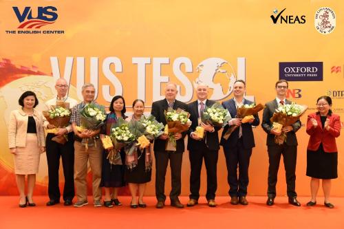 Bà Vũ Thị Tú Anh -Phó Vụ trưởng Vụ Giáo dục thường xuyên - Bộ Giáo dục vàĐào tạo, bà Lê Thái Mỹ Phụng - Giám đốc Học vụ Cấp cao của VUS cùng các diễn giả tại VUS TesolHà Nội 2018.