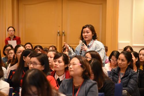 Người tham dự đặt câu hỏi, thảo luận cùng diễn giả.