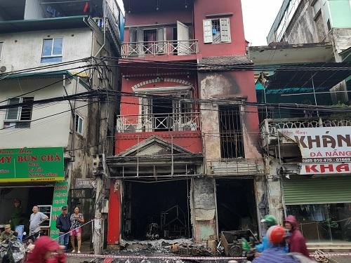 Quán cà phê bốn tầng ở phố Đặng Tiến Đông bị cháy. Ảnh: Gia Chính