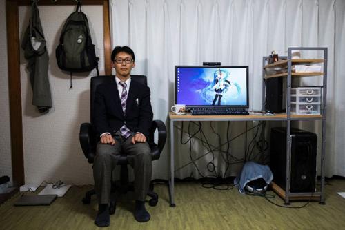 Về tới nhà, Akihiko trò chuyện với vợ trên màn hình máy tính. Ảnh: AFP.