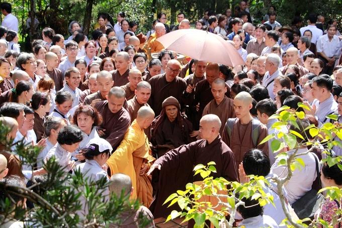 Thiền sư Thích Nhất Hạnh gặp phật tử ngày giỗ tổ chùa Từ Hiếu