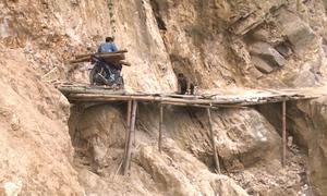 Đường tới trường bằng cầu tre bắc qua vách núi ở Sa Pa