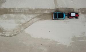 Cỗ máy dọn rác, vỏ ốc trên bãi biển Việt Nam