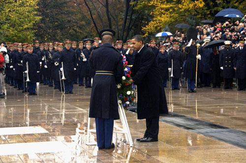 Cựu tổng thống Obama đặt vòng hoa tại Nghĩa trang Quốc gia Arlington trong Ngày Cựu chiến binh vào tháng 11/2009. Ảnh: Twitter/Politics Video Channel.