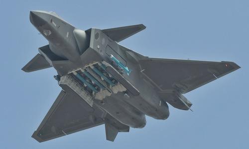 Chiếc J-20 xuất hiện với các tên lửa đối không màu xanh. Ảnh: Twitter.