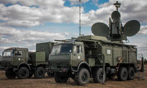 Tổ hợp gây nhiễu Krasukha 4 của Nga trong trạng thái triển khai. Ảnh: TASS.
