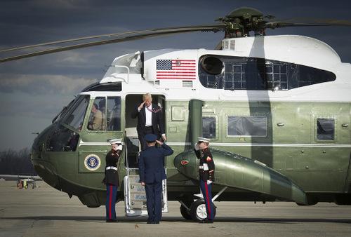 Trump rời trực thăng tại căn cứ không quân Andrews hồi đầu năm 2017. Ảnh: Reuters.