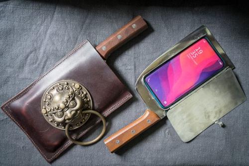 Bao điện thoại dao phay, một trong những phát minh bán chạy nhất của Geng. Ảnh: Washington Post.