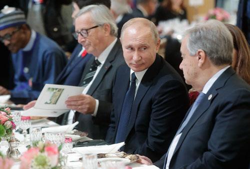 Tổng thống Nga Vladimir Putin ngồi cạnh Tổng thư ký Liên Hợp Quốc Antonio Guterres trong tiệc trưa hôm 11/11. Ảnh: Điện Kremlin.