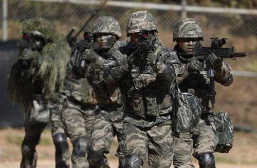 Lính thủy đánh bộ Hàn Quốc trong cuộc tập trận thường niên trên đảo Yeonpyeong hôm 1/11. Ảnh: AFP.