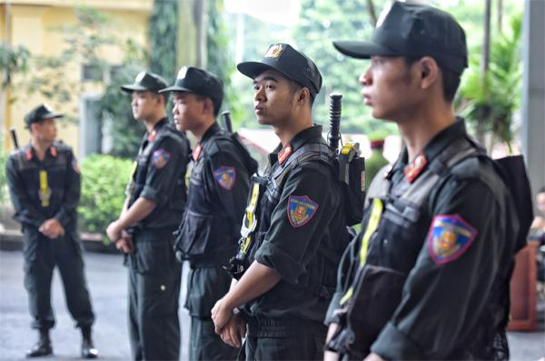 Quanh khu vực tòa án, nhiều hàng rào cảnh sát được thiết lập. Ảnh: Giang Huy