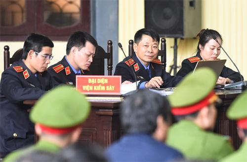 Các công tố viên trong chiều 12/11, trước khi công bố cáo trạng. Ảnh: Giang Huy