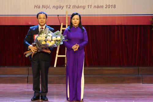 Bộ trưởng Y tế trao quyết định bổ nhiệm Hiệu trưởng trường Đại học Y Hà Nội cho GS.BS Tạ Thành Văn tại hội trường trường ĐH Y Hà Nội ngày 12/11. Ảnh: Văn Trọng.