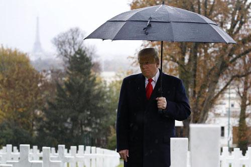 Tổng thống Mỹ Donald Trump tại Nghĩa trang và đài tưởng niệm lính Mỹ Suresnes ở ngoại ô Paris, Pháp hôm 11/11. Ảnh: AP.