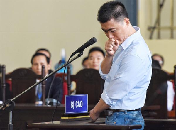 Phan Sào Nam khai báo căn cước vào sáng 12/11. Ảnh: Giang Huy