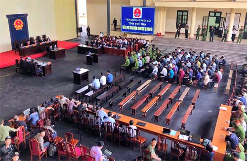 Phiên xử mở tại sân TAND tỉnh Phú Thọ. Ảnh: Giang Huy