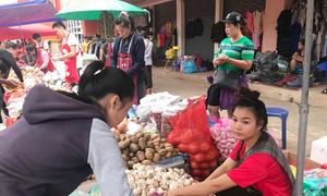 Người Việt chi tiền tỷ để buôn bán trong chợ ở Viêng Chăn