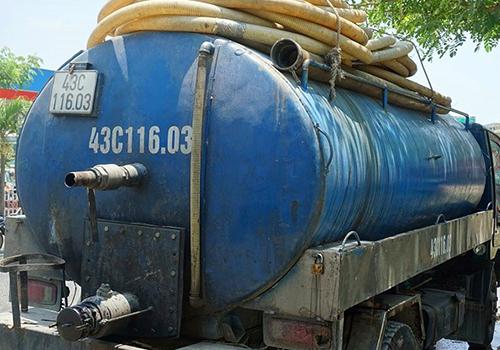 Xe chở chất thải do tài xế Sáng điều khiển và đổ xuống cống thoát nước đô thị. Ảnh: PLTPHCM.