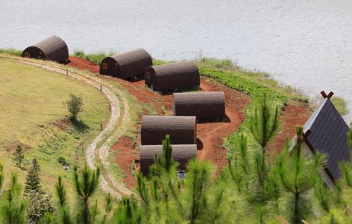 Dãy nhà gỗ xâm phạm vùng bảo vệ I của Di tích thắng cảnh Quốc gia hồ Tuyền Lâm.