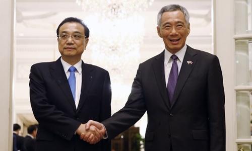 Thủ tướng Trung Quốc Lý Khắc Cường (trái) và Thủ tướng Singapore Lý Hiển Long gặp nhau ngày 12/11 bên lề Hội nghị thượng đỉnh ASEAN lần thứ 33 ở Singapore. Ảnh: AFP.