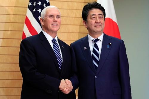 Phó tổng thống Mỹ Mike Pence (trái) ngày 13/11họp với Thủ tướng Nhật Shinzo Abe trước khi lên đường đến Singapore. Ảnh: AFP.