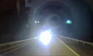 Ôtô bật đèn pha, chạy ngược chiều cao tốc: Hình phạt nào thích đáng?