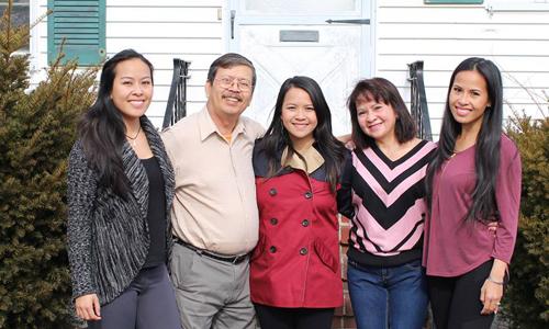 Trâm Nguyễn, giữa, cùng bố mẹ và hai em gái. Ảnh: Facebook.
