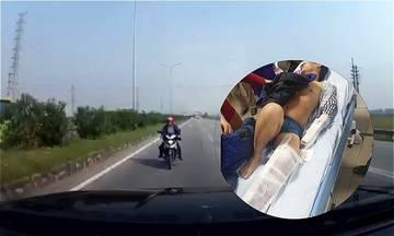 Ôtô suýt tông cụ bà sang đường: Bài học chạy xe ở vùng quê