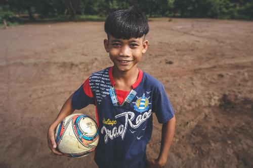 Niềm vui duy nhất mỗi ngày của Điểu Sỹ là trận bóng đá trên đất bùn.
