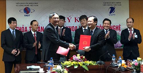 Đại diện VAST và VNPT trao bản thỏa thuậncó hiệu lực từ ngày ký đến hết 31/12/2023. Ảnh: BN.