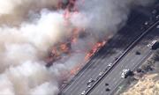 Trực thăng nỗ lực dập cháy rừng ngùn ngụt dọc cao tốc California
