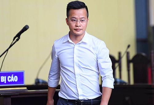 Bị cáo Vũ Văn Dũng trước bục khai báo sáng 14/11. Ảnh: Giang Huy.