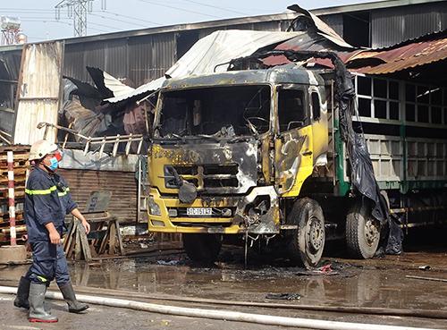 Nhiều ôtô cháy khi lửa bùng lên ở kho hàng ven Sài Gòn