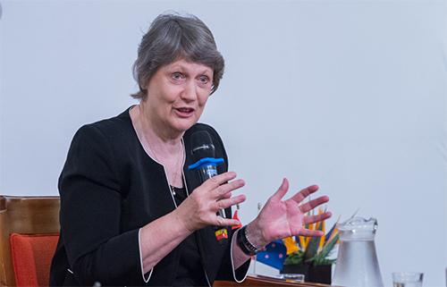 Cựu thủ tướng New Zealand Helen Clark tại tọa đàm Phụ nữ tham chính và Phụ nữ lãnh đạovà buổi công chiếu bộ phim tài liệu Một năm cùng Helen tại Hà Nội này 7/11. Ảnh: Đại sứ quán New Zealand.