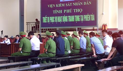 Các bị cáo trong sáng 14/11. Cựu cục trưởng C50 Nguyễn Thanh Hóa ngồi hàng thứ hai, áo khoác sẫm màu. Ảnh: Giang Huy
