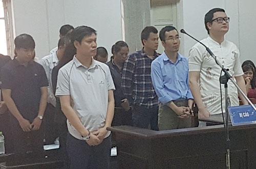 Tiệp (ngoài cùng bên phải) và các bị cáo tại phiên tòa sơ thẩm.
