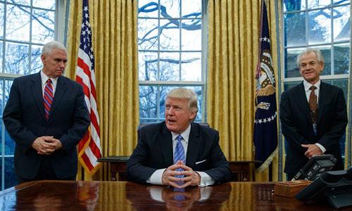 Từ trái qua: Phó tổng thống Mỹ Mike Pence, Tổng thống Donald Trump, Cố vấn Hội đồng Thương mại Quốc gia Peter Navarro tại Nhà Trắng. Ảnh: AFP.