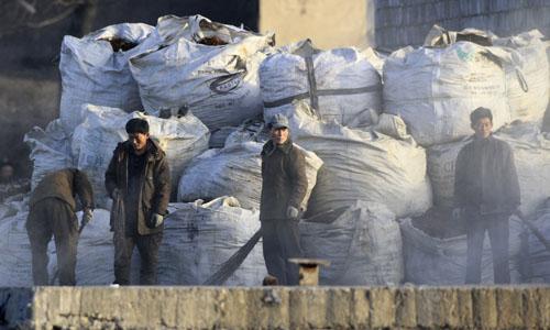 Những người dân Triều Tiên làm việc bên bờ sông Áp Lục gần thị trấn Sinuiju, đối diện với thành phố Đan Đông của Trung Quốc. Ảnh: Reuters.