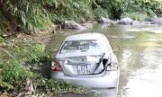 Hai mẹ con bò lên mặt đường kêu cứu khi ôtô lao xuống suối