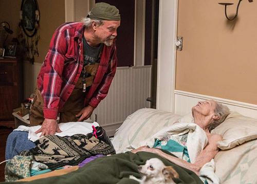 Ông Brad và mẹ, bà Norma, sống sót sau vụ cháy rừng ở thị trấn Paradise, California, hôm 10/11. Ảnh: SF Chronicle