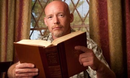 Người phạm tội phải tham gia nhóm đọc sách trong khi bị quản chế. Ảnh: Michael Stravato/Polaris.